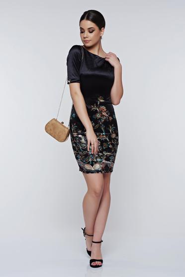 Rochie superba neagra eleganta tip creion din catifea cu imprimeu floral