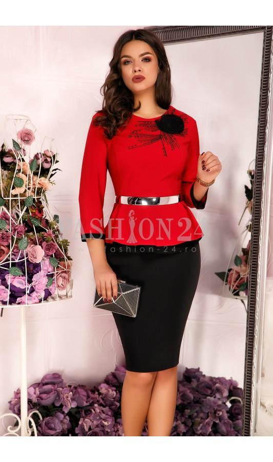 Compleu rosu elegant cu aplicatie florala neagra pe umar Doris Red