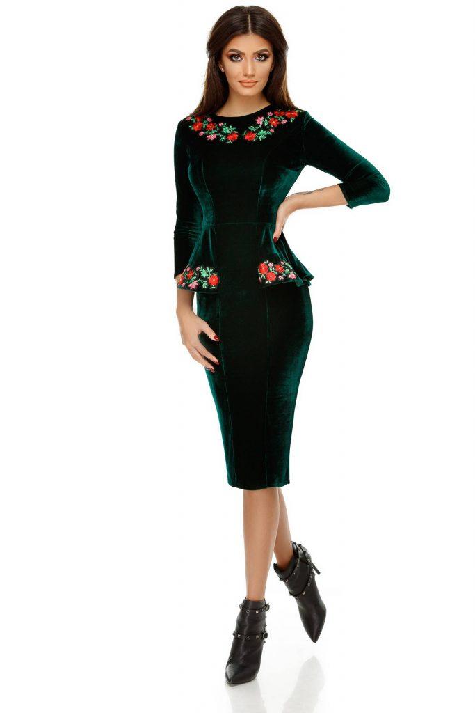 Rochie de catifea verde pentru primavara cu peplum in taliesi flori aplicate Amara