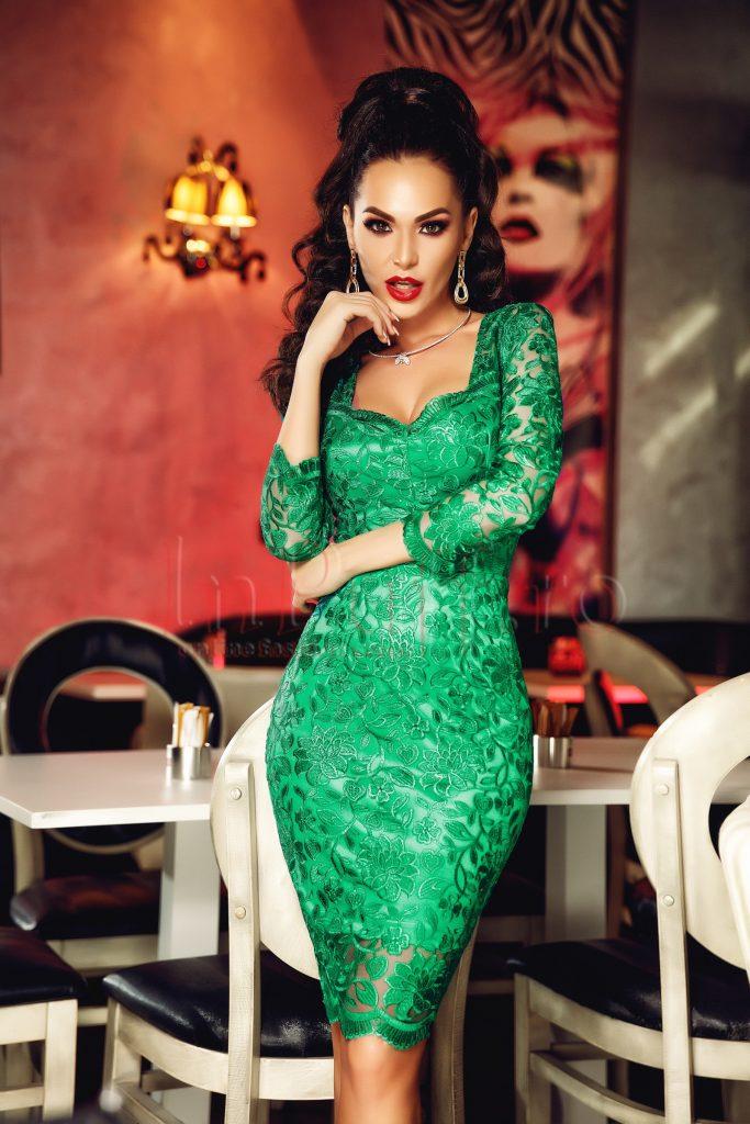 Rochie de ocazie pe corp cu lungime midi realizata din dantela verde Atmosphere