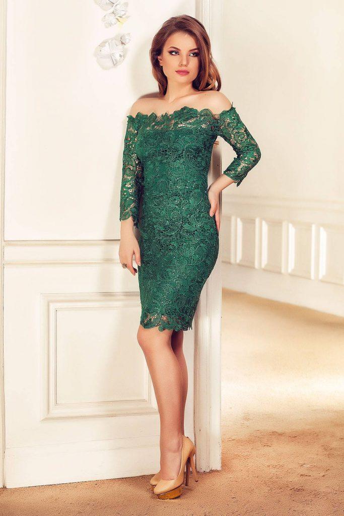 Rochie verde smarald realizata din dantela brodata cu paiete si umerii goi Zaira