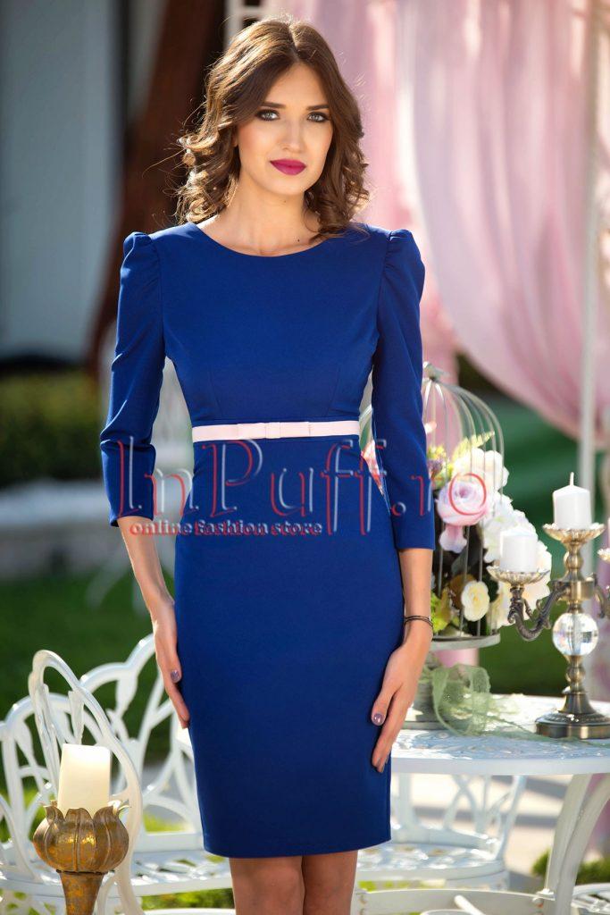Rochie eleganta albastra cu umeri bufanti, maneca trei sferturi si fundita roz pal in talie MBG