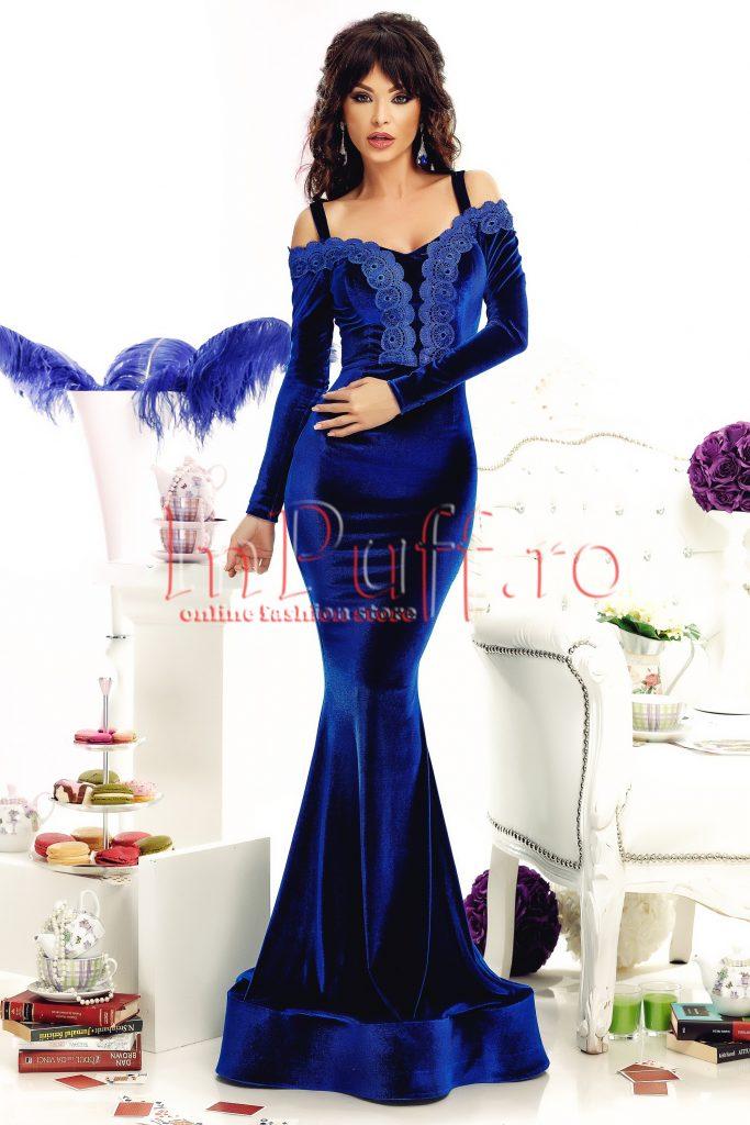 Rochie stil sirena din catifea albastra cu bretele subtiri si dantela albastra in zona bustului Atmosphere