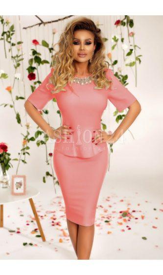 Rochie roz office de ocazie cu peplum in talie si aplicatie decorativa la gat Allie