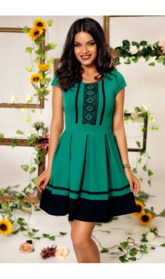 Rochie verde pentru zi cu imprimeu traditional, fusta in clos si manecute Evelynn