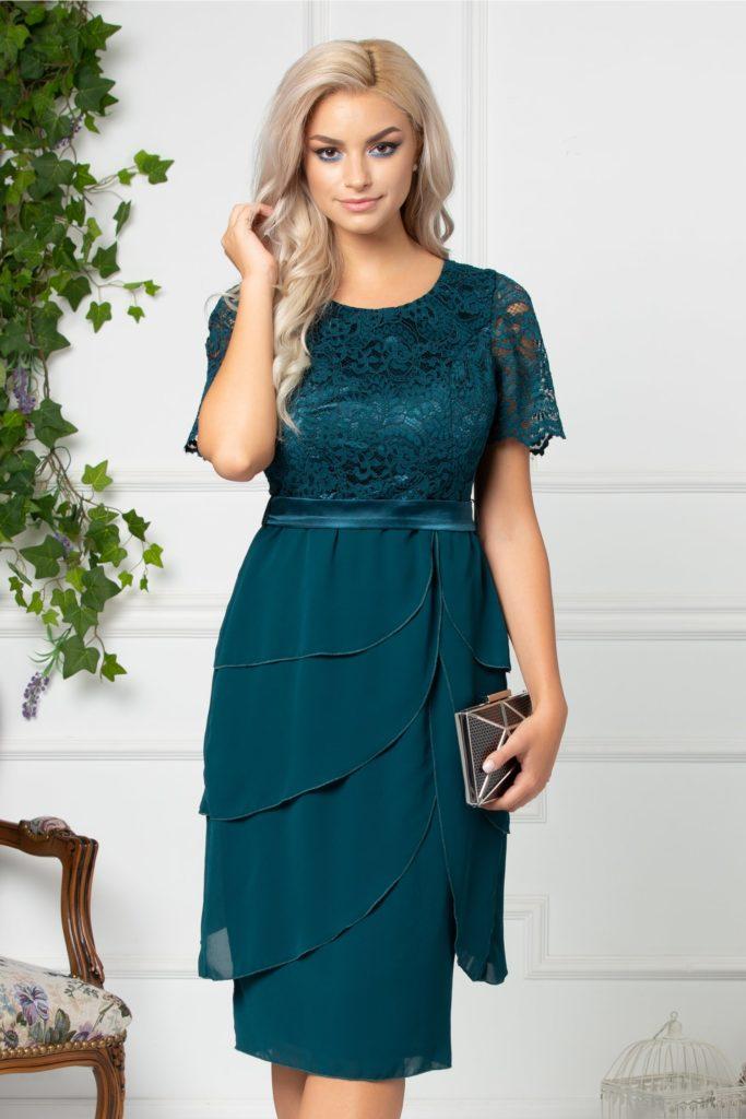 Rochie verde inchis dreapta cu decolteu oval si decupaj discret pe spate realizata din dantela florala si volane suprapuse Ayana