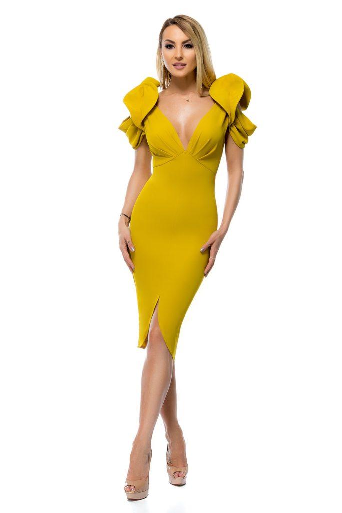 Rochie galben mustar marca BBY cu crepeu asimetric in fata, decolteu in pliuri si spatele decupat