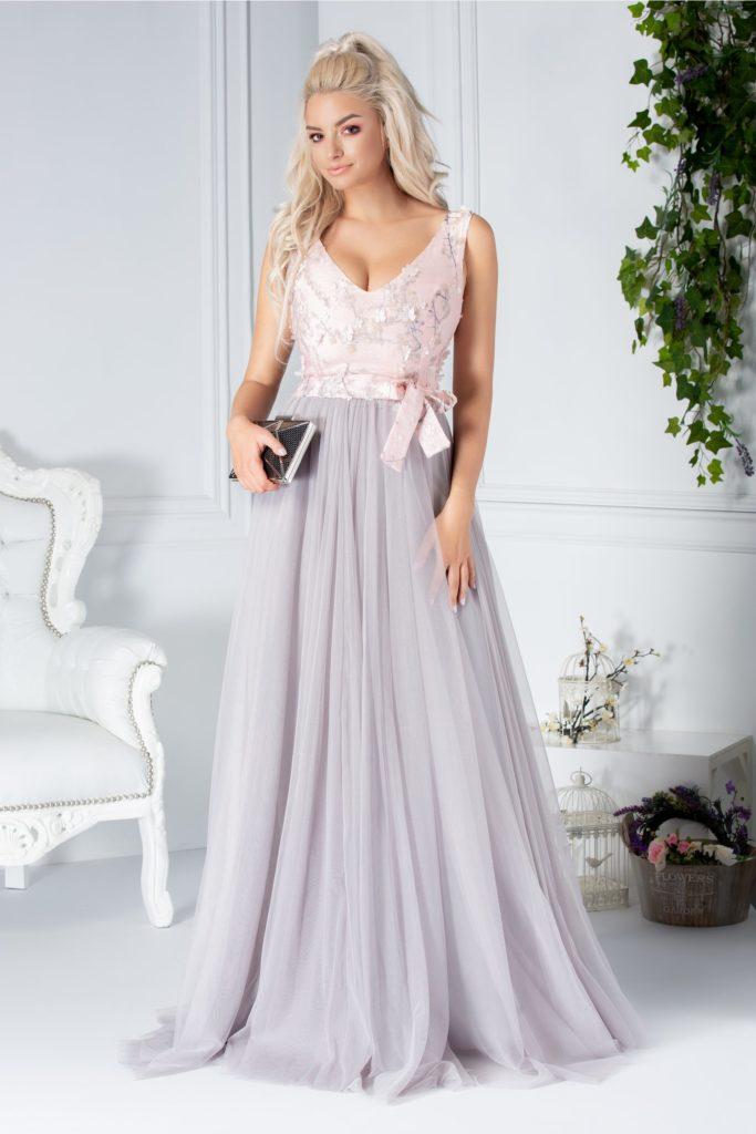 Rochie lunga in format clos si pliuri discrete pe talie din tull gri si roz cu imprimeu si flori 3D Fofy Almyra