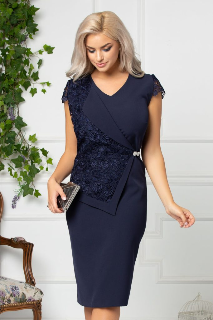 Rochie bleumarin de ocazie cu design versatil cu rever de sacou si peplum maxi din dantela florala cu brosa perlata Linda
