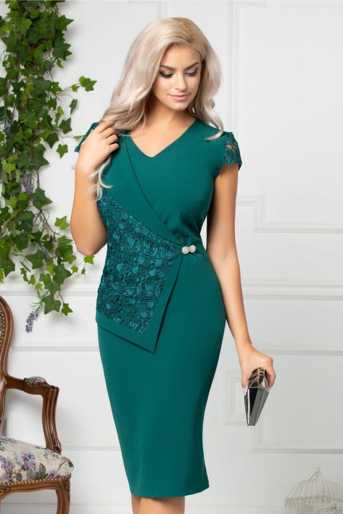 Rochie verde de ocazie cu design versatil cu rever de sacou si peplum maxi din dantela florala cu brosa perlata Linda
