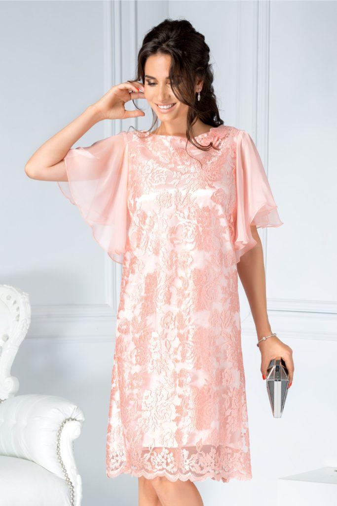 Rochie roz eleganta de ocazie cu manecile decupate si evazate si decolteu oval accesorizat cu brosa florala Sonia