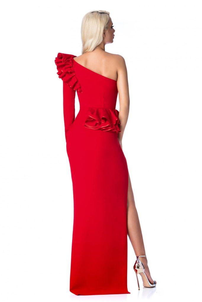 Rochie lunga rosie de lux Ana Radu mulata pe corp si accesorizata cu volanase maxi pentru un plus de eleganta