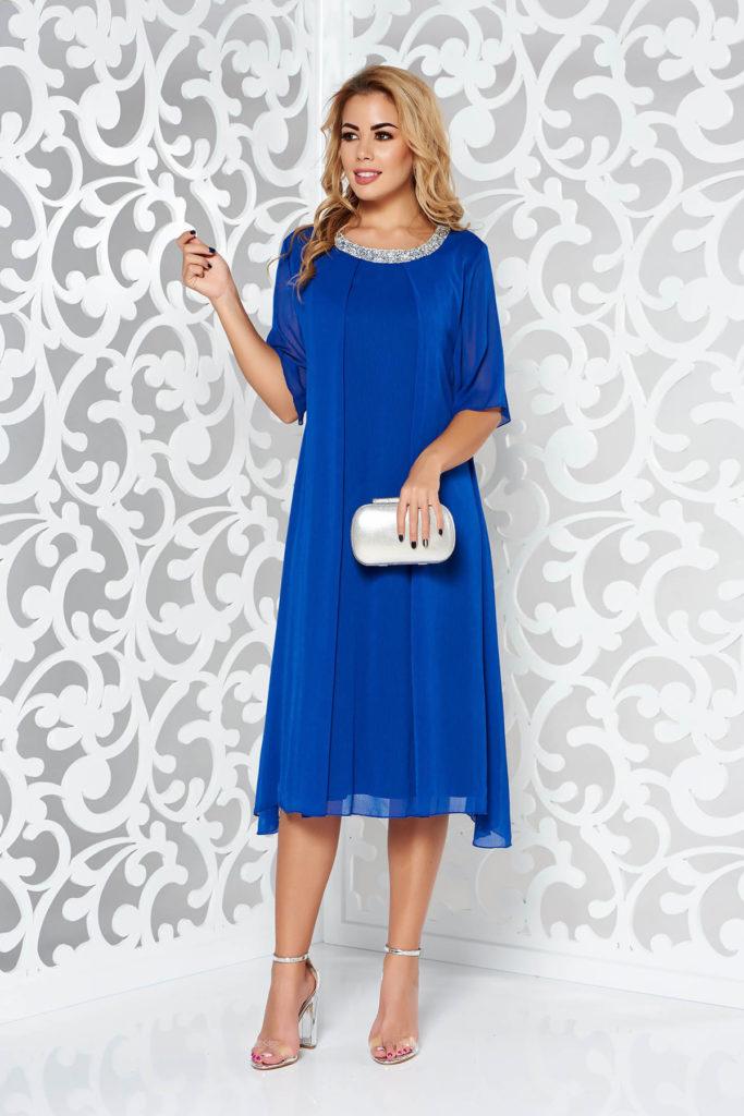 Rochie albastra eleganta vaporoasa de ocazie pentru doamne plinute cu accesoriu metalic la baza gatului cu pietre stralucitoare