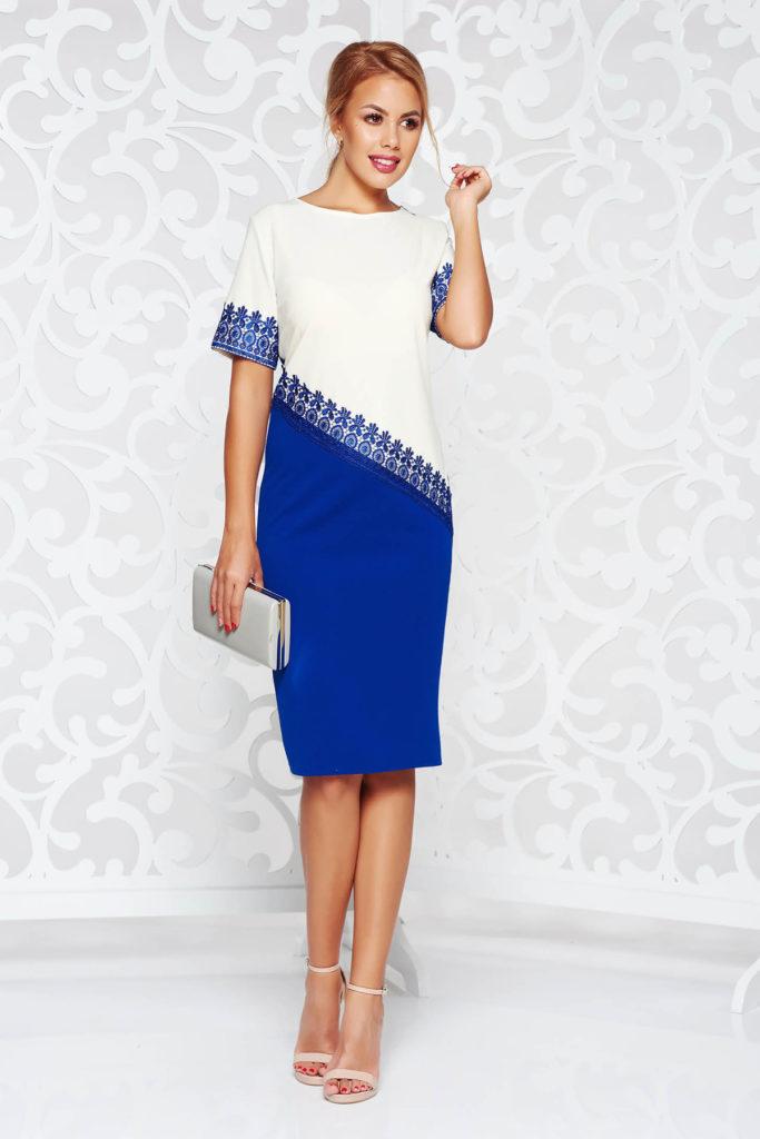 Rochie de ocazie albastra dreapta cu aplicatii de dantela tricotata in partea din fata si pe maneci