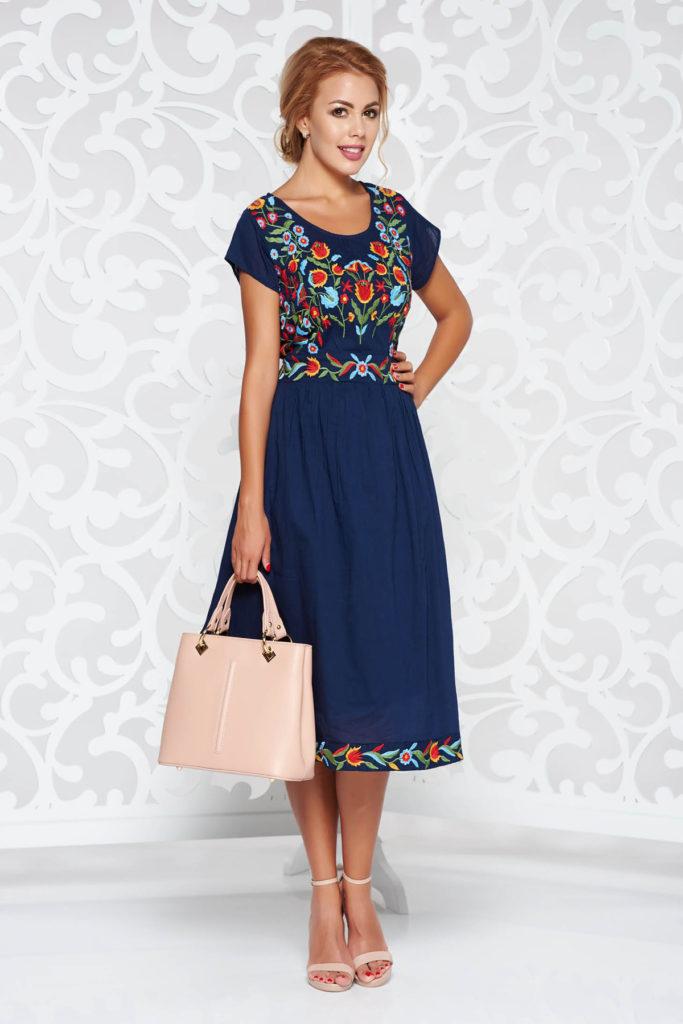 Rochie albastra inchis casual accesorizata cu betelie falsa si brodata cu accente folclorice