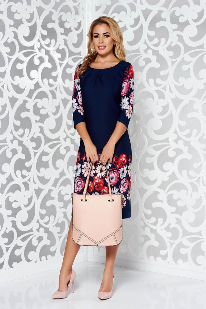 Rochie albastra inchis de zi office cu imprimeuri florale colorate, maneci trei sferturi si decolteu rotund decorat cu pliuri