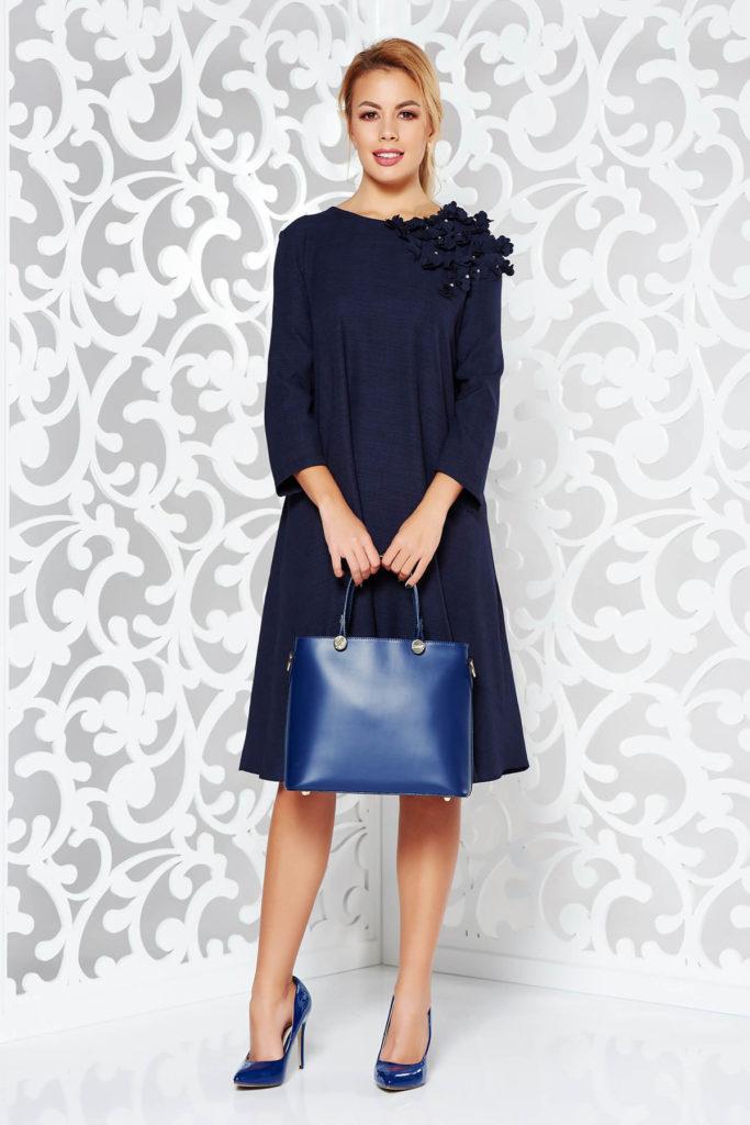 Rochie de ocazie albastra inchis eleganta si moderna cu aplicatii florale 3D cu perle si buzunare laterale