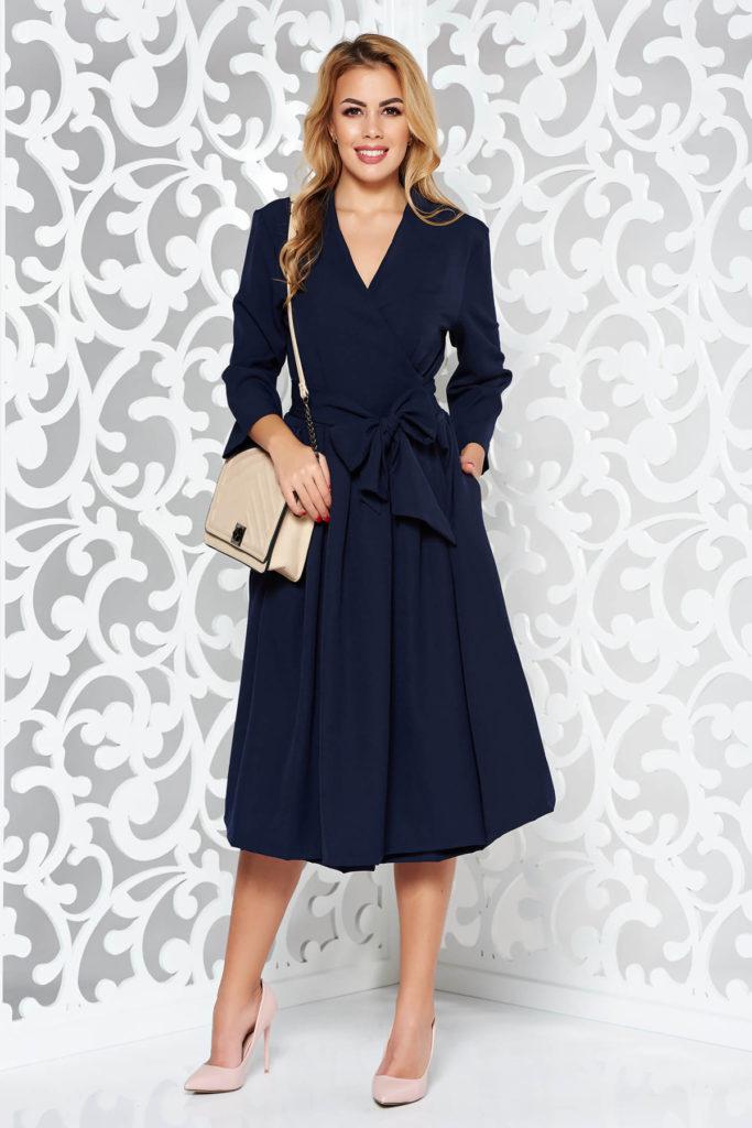 Rochie albastra inchis eleganta de zi ideala pentru birou cu croiala petrecuta in clos fabricata din bumbac