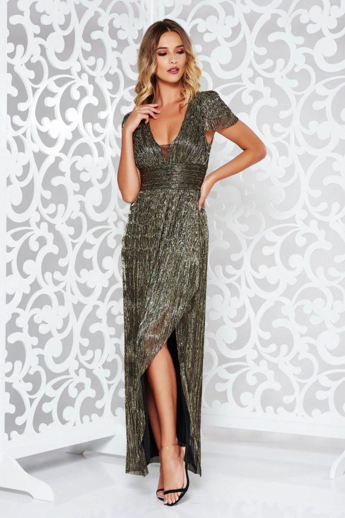 Rochie lunga argintie cu un decolteu adanc de seara cu crapatura adanca pe picior si aspect metalizat in tendinte