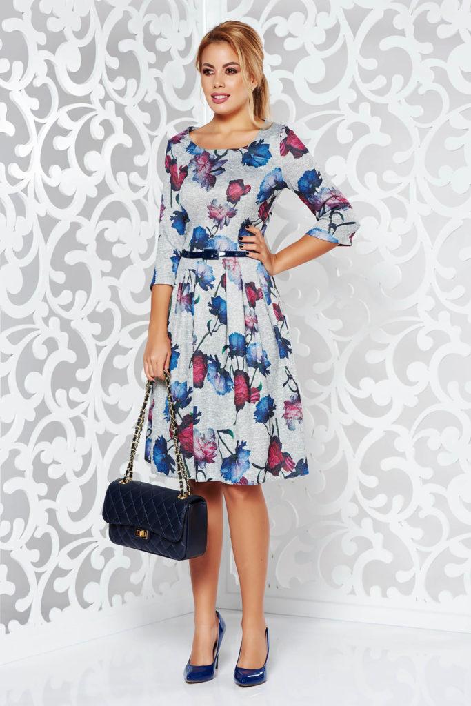 Rochie gri de zi cu imprimeu floral si fusta ampla cu pliuri decorative si accesoriu tip curea