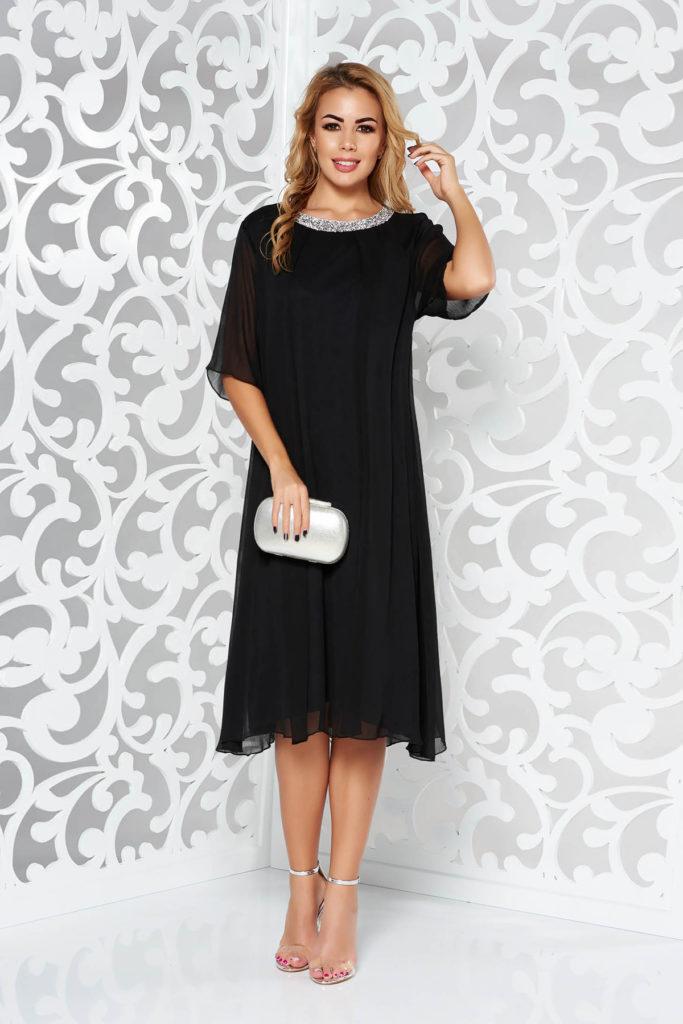 Rochie neagra eleganta vaporoasa de ocazie pentru doamne plinute cu accesoriu metalic la baza gatului cu pietre stralucitoare