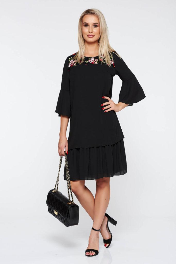 Rochie dreapta brodata de culoare neagra din voal delicat cu efect bufant cu volanase pentru o tinuta speciala