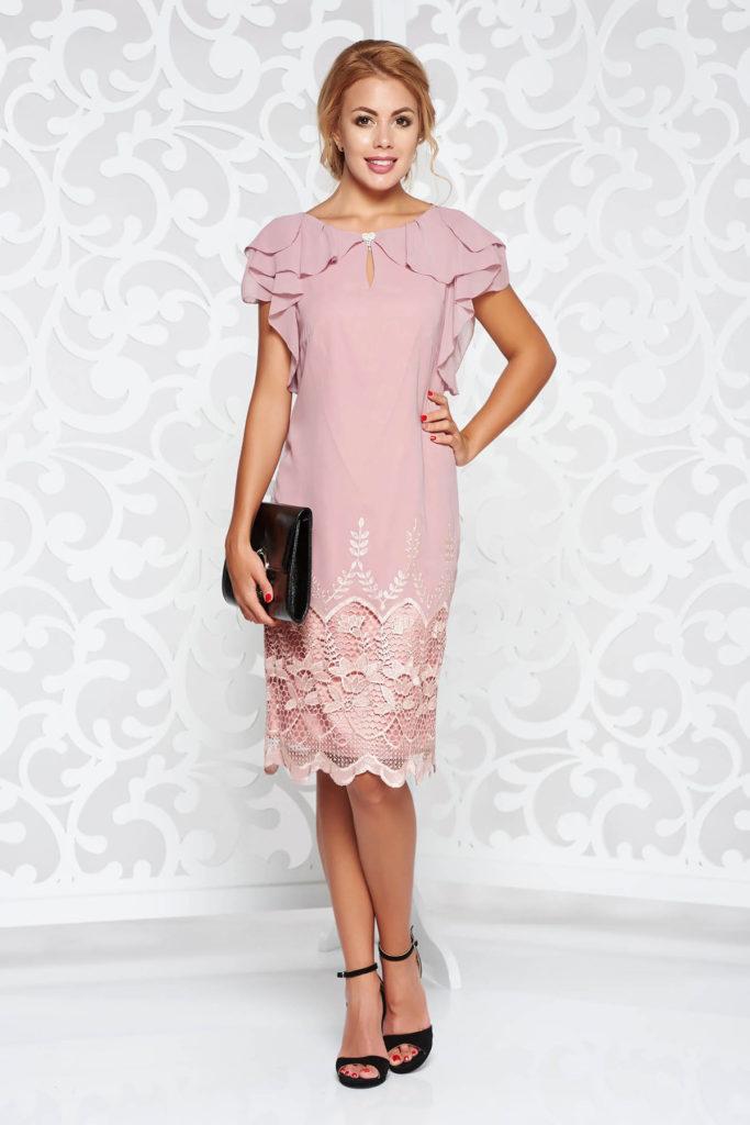 Rochie roz de ocazie din material vaporos cu aplicatii de dantela cu volanase si accesoriu cu cristale
