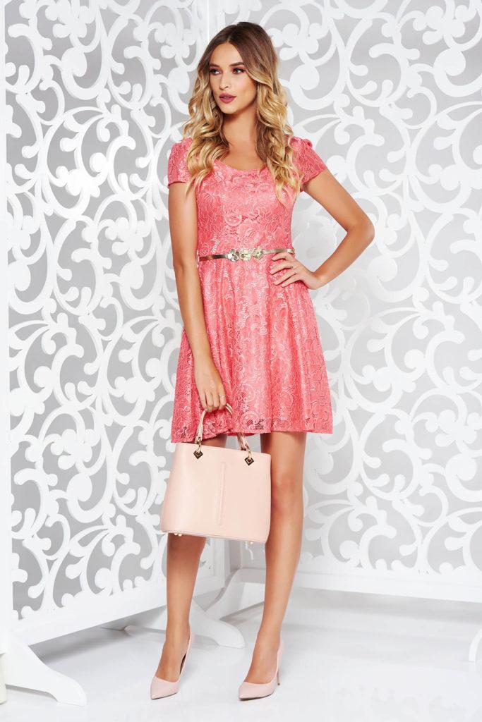 Rochie roz eleganta din dantela evazata in partea inferioara si prevazuta cu accesoriu tip curea din piele ecologica in talie