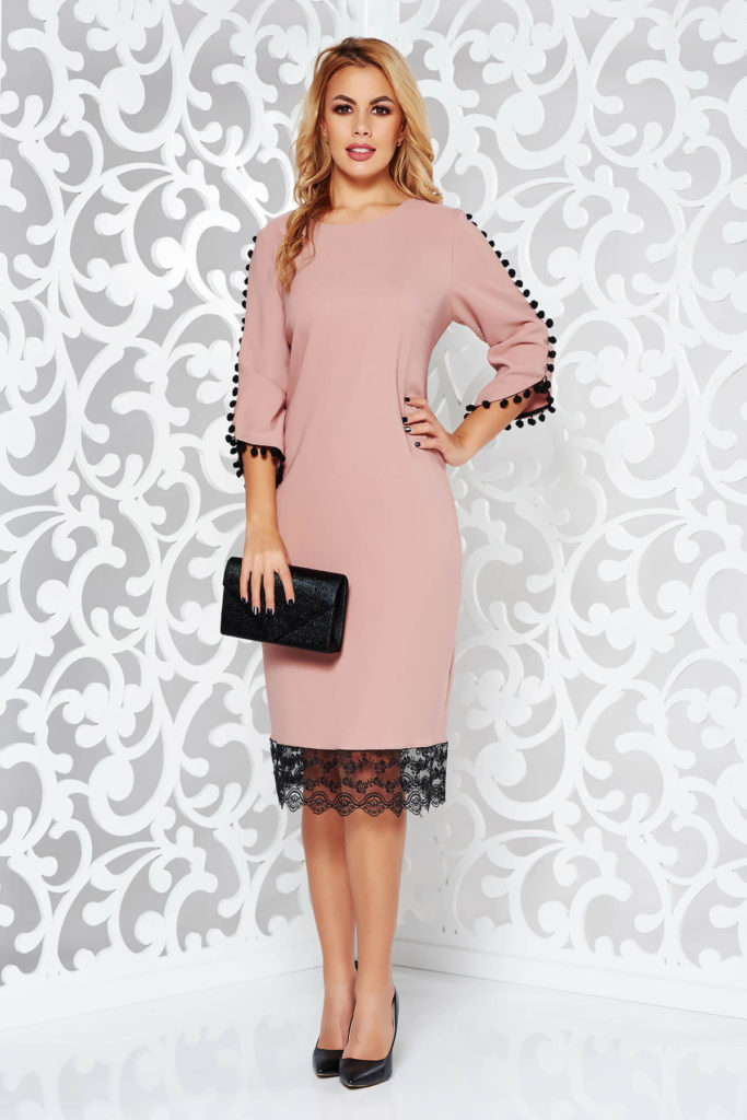 Rochie roz de ocazie realizata din crep strech si accesorizata cu ciucurasi la maneci si dantela la tiv