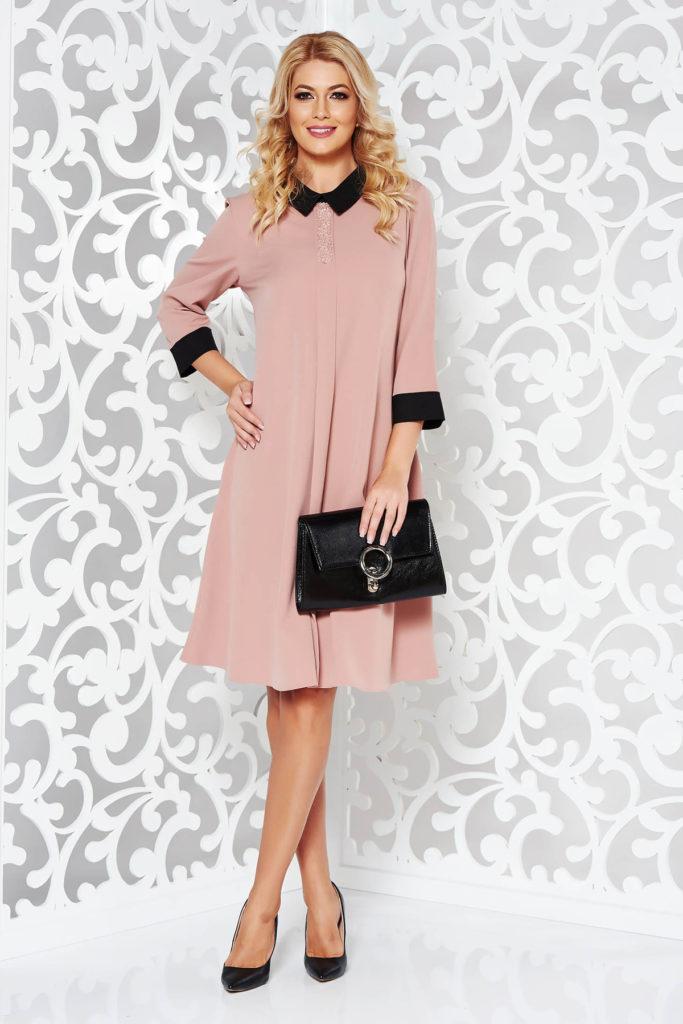 Rochie scurta roz larga cu croiala trapez si detalii decorative deosebite dintr-o tesatura cu structura mixta