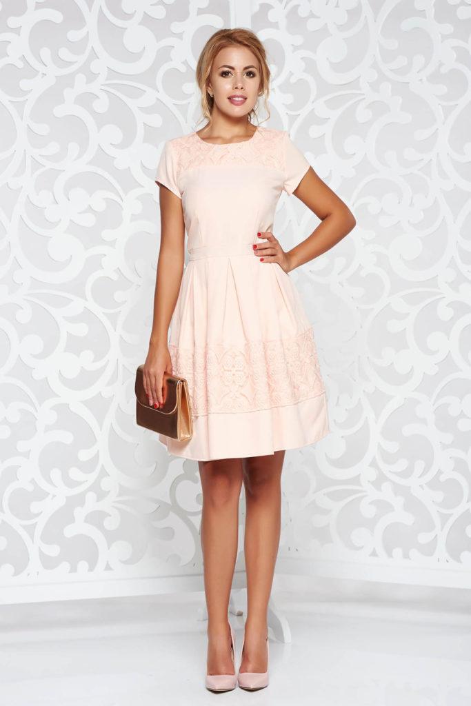 Rochie scurta roz eleganta cu decolteu oval din stofa cu pliuri si broderie florala pe bust si la baza