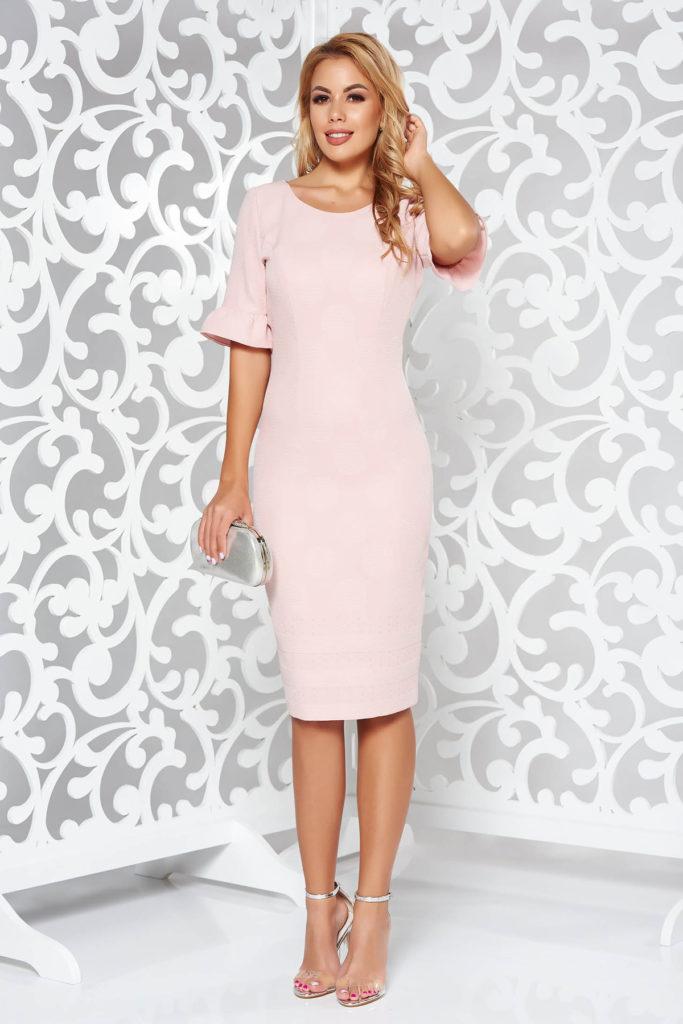 Rochie roz pastel midi cu maneci scurte fabricata din tesatura texturata dublata cu captuseala subtire
