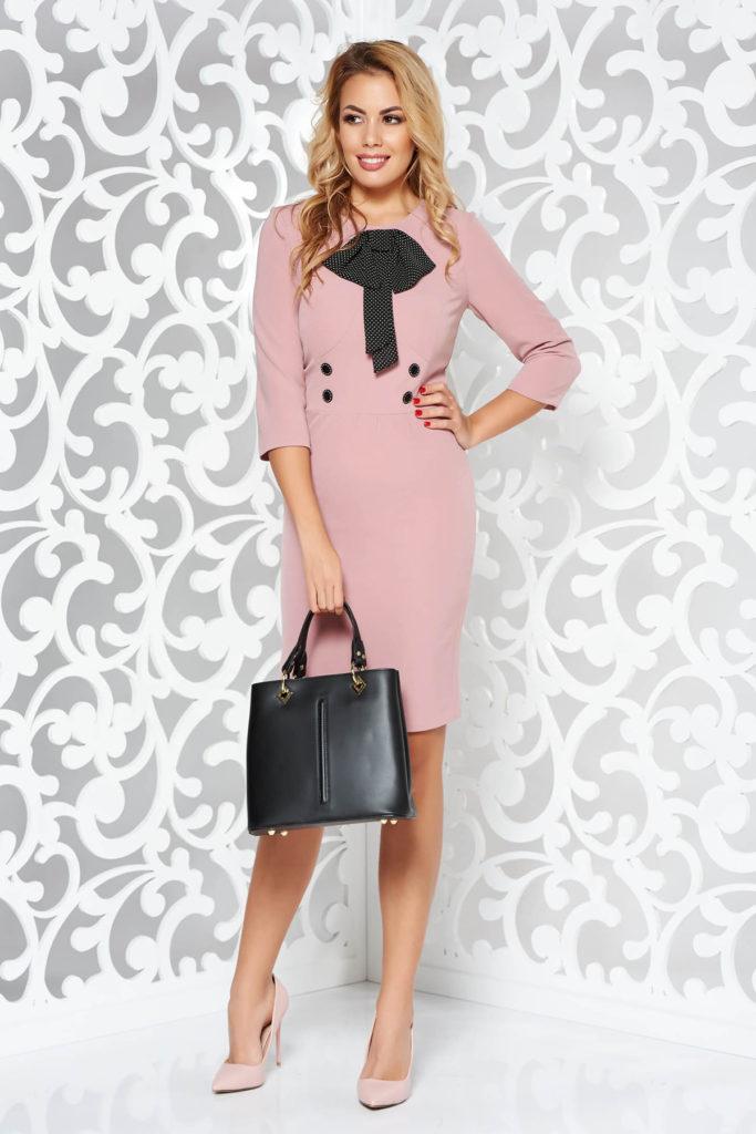 Rochie roz cambrata accesorizata cu o fundita eleganta intr-o croiala tip creion din stofa elastica pe captuseala din milaneza