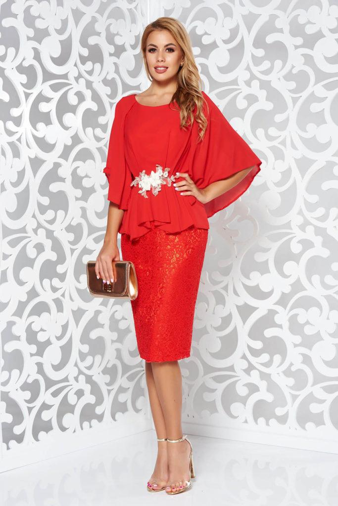 Rochie conica de seara rosie din voal cu insertii brodate si aplicatii florale 3D cu margele transparente si pietre strass in talie