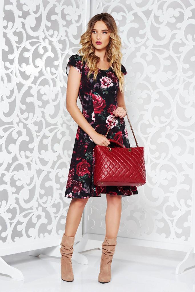Rochie scurta in clos rosie cu imprimeuri florale elegante din stofa subtire si fina la atingere