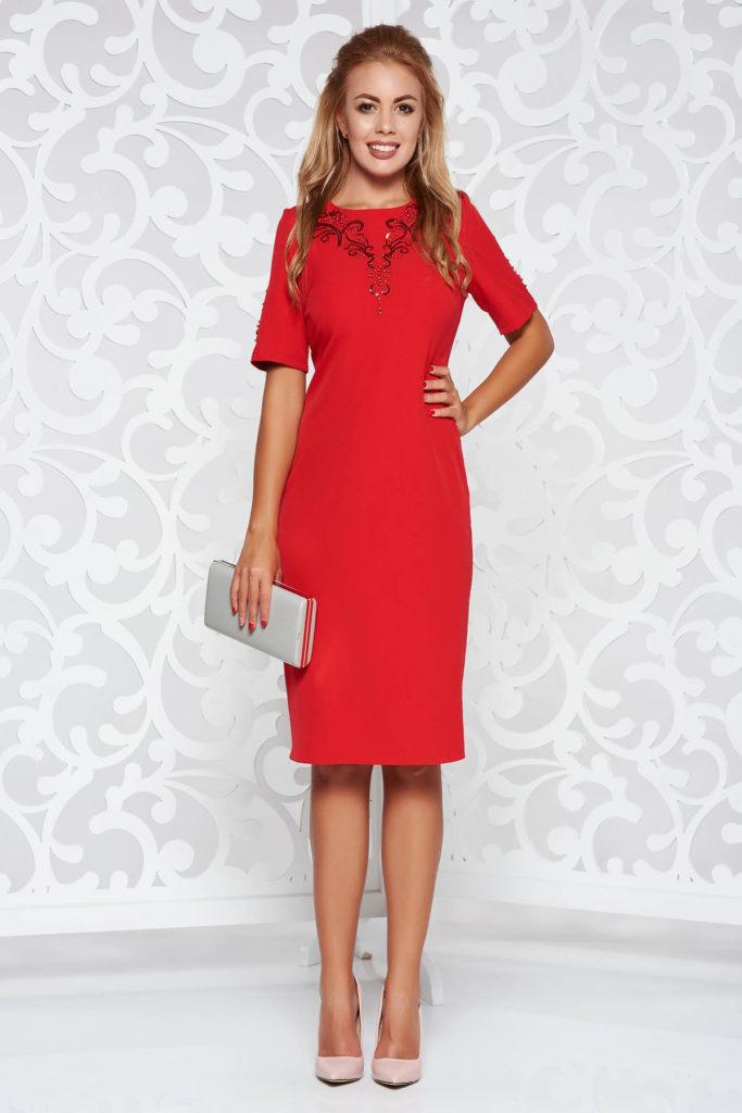 Rochie eleganta midi tip creion de culoare rosie dintr-un material fin la atingere cu aplicatii de paiete si perle in zona bustului