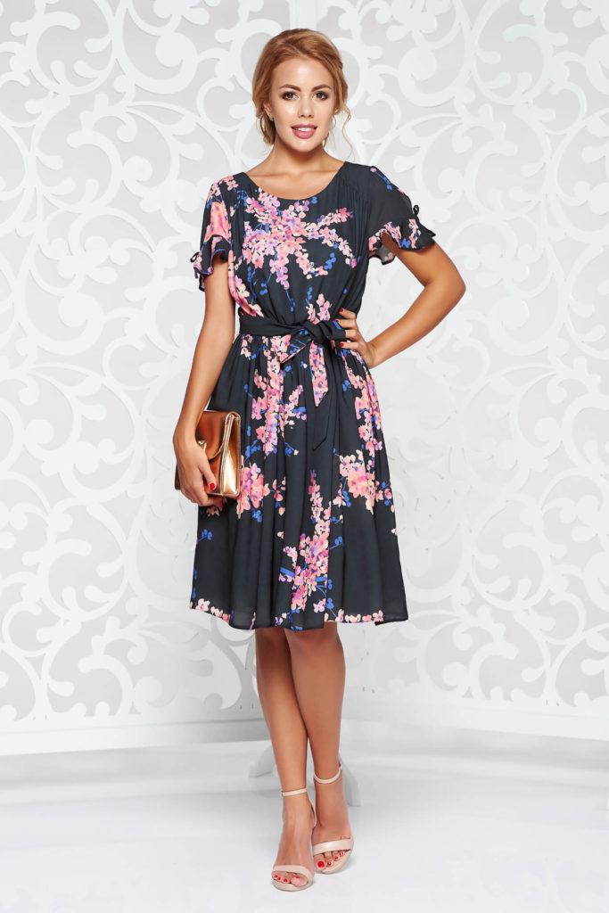 Rochie roz eleganta de zi ampla cu imprimeu floral in combinatii de culori armonioase si volanase la maneca