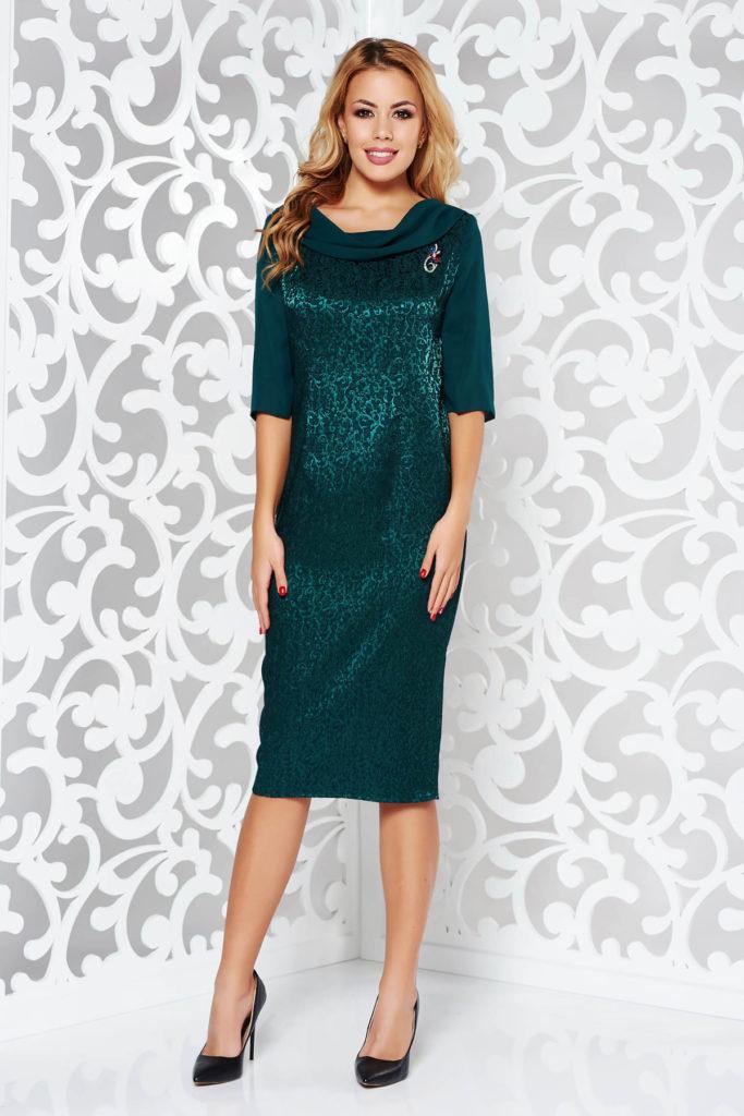 Rochie eleganta verde inchis de seara conica din jaquard prevazuta cu guler barcuta accesorizat cu brosa stralucitoare