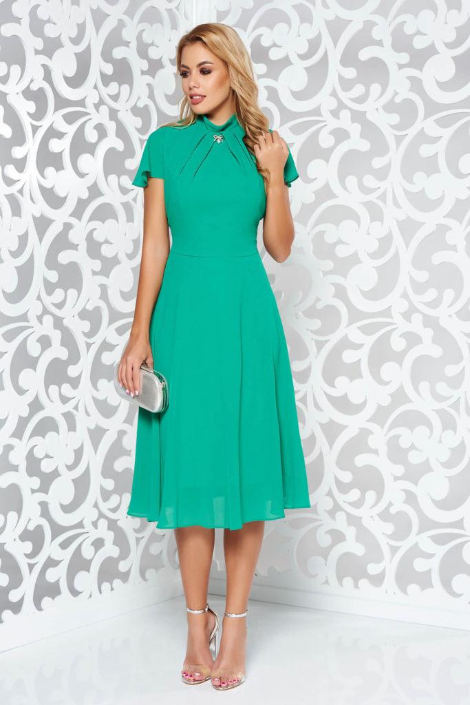 Rochie eleganta verde de seara cu maneci scurte realizata din voal si accesorizata cu brosa metalica pentru femei plinute