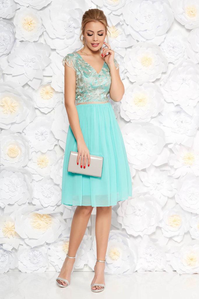 Rochie eleganta de banchet verde-menta cu maneci scurte si aplicatii de dantela diafana la bust