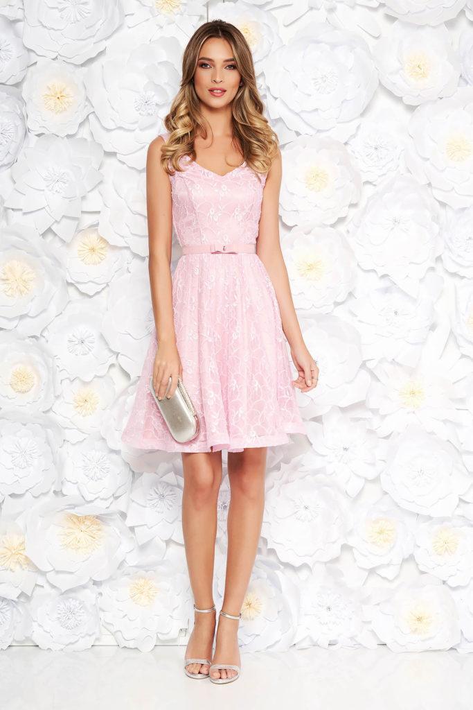 Rochie scurta de ocazie roz din dantela accesorizata cu broderie cu aplicatii de paiete