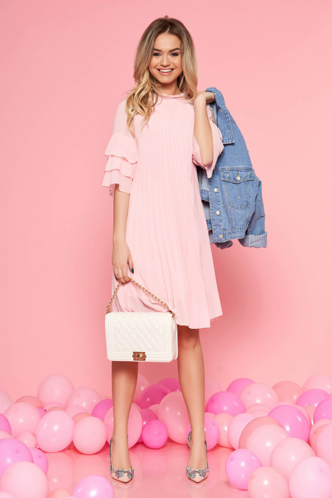 Rochie de vara roz deschis cu croi larg din voal plisat accesorizata cu volanase la maneca SunShine
