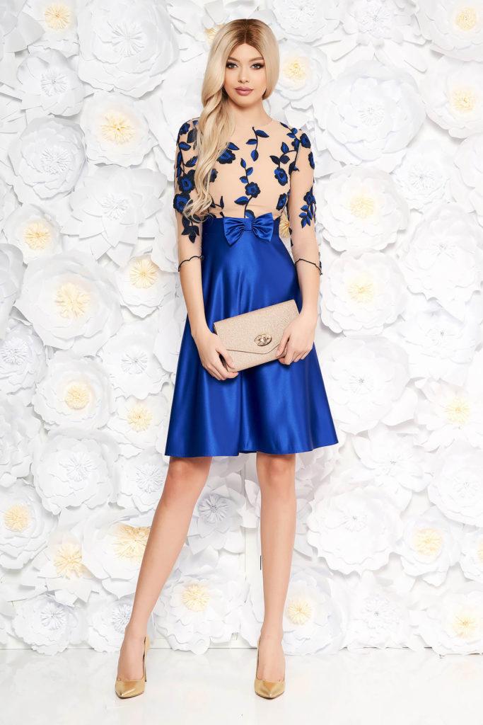 Rochie scurta albastra de ocazie eleganta cu fundita in talie si bustul decorat cu imprimeuri florale brodate