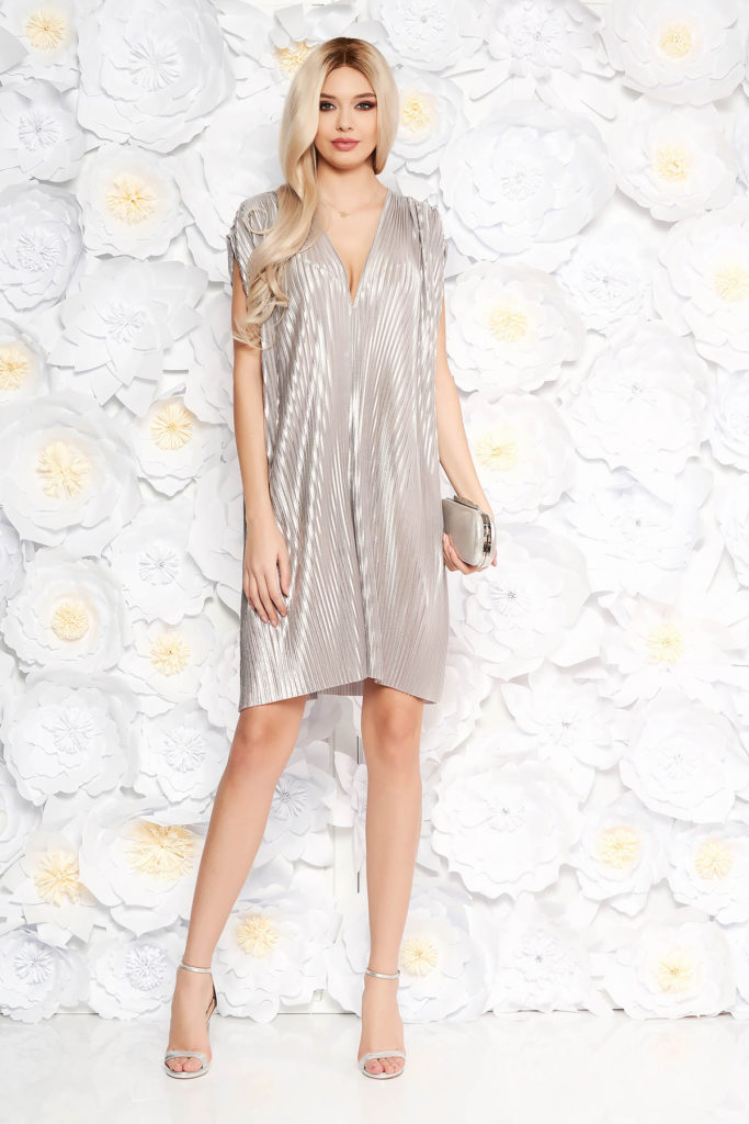 Rochie eleganta de ocazie argintie cu aspect metalic intr-o croiala larga fara maneci si decolteu in V