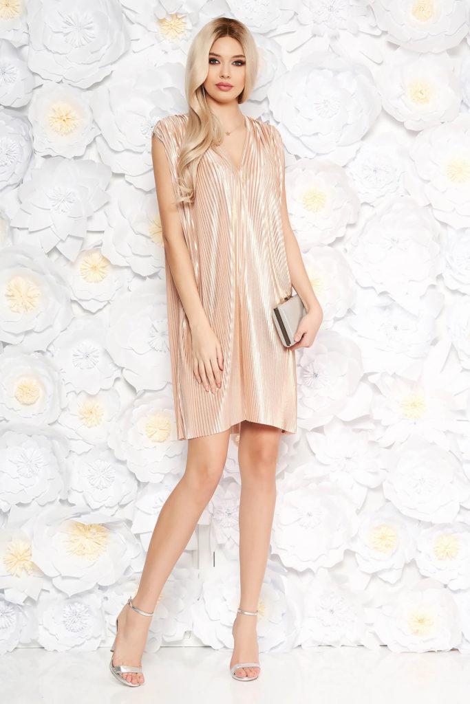 Rochie eleganta de ocazie nude cu aspect metalic intr-o croiala larga fara maneci si decolteu in V