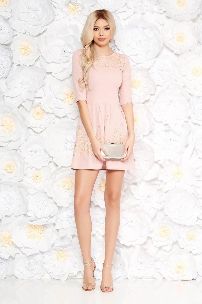 Rochie roz scurta eleganta in clos cu aplicatii de dantela si decolteu rotund
