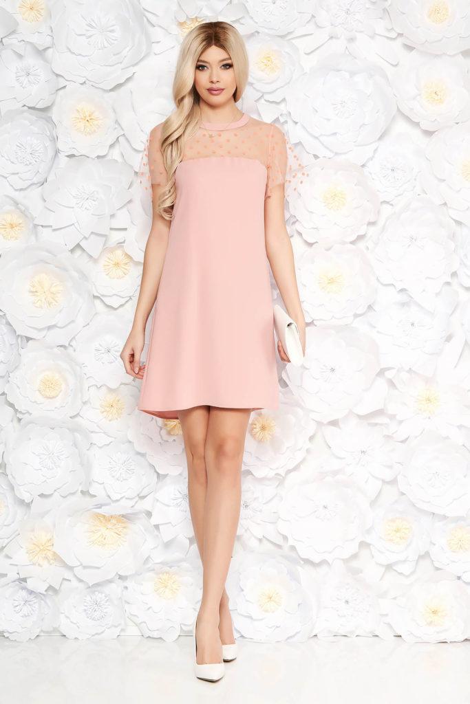 Rochie scurta roz cu maneci scurte si transparente prevazuta cu un croi larg si fermoar ascuns