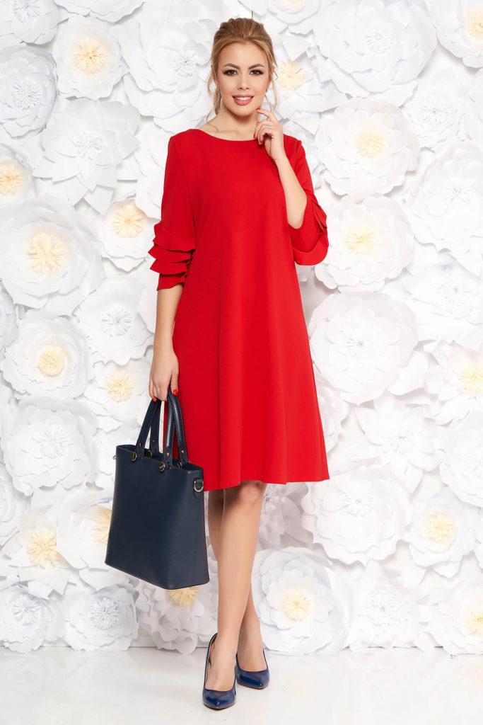 Rochie midi rosie eleganta cu croi larg si decolteu barcuta accesorizata volanase discrete la maneca