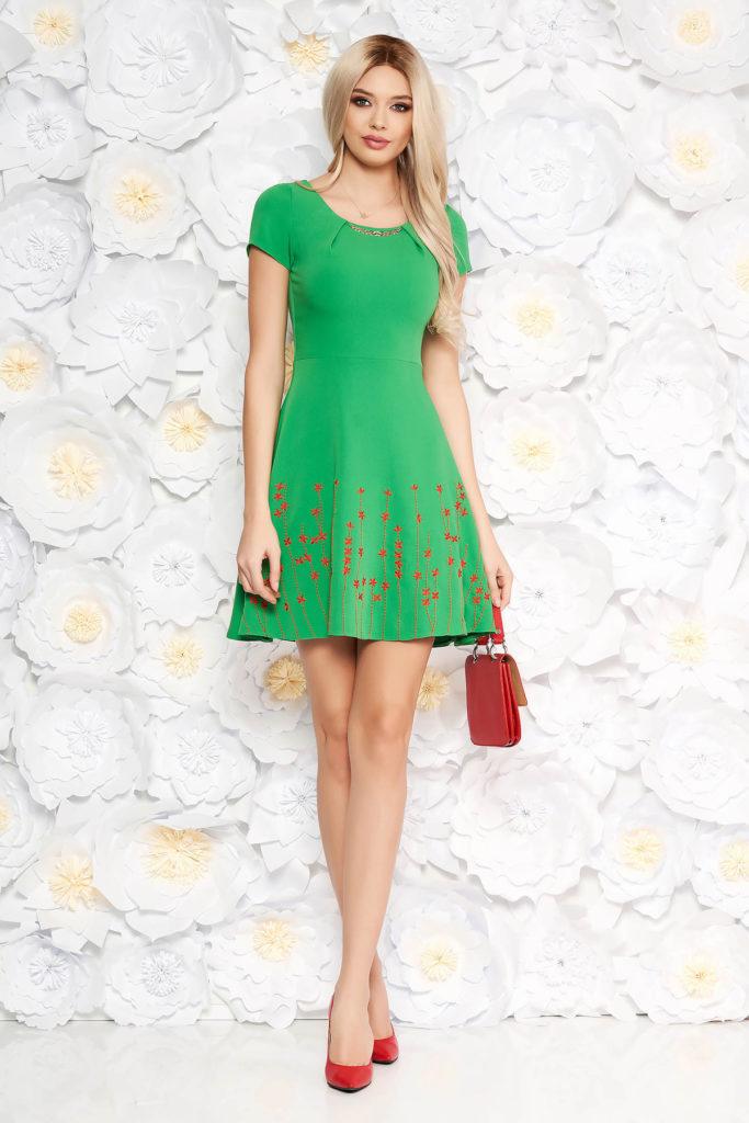 Rochie scurta verde eleganta de primavara cu insertii de broderie florala colorata